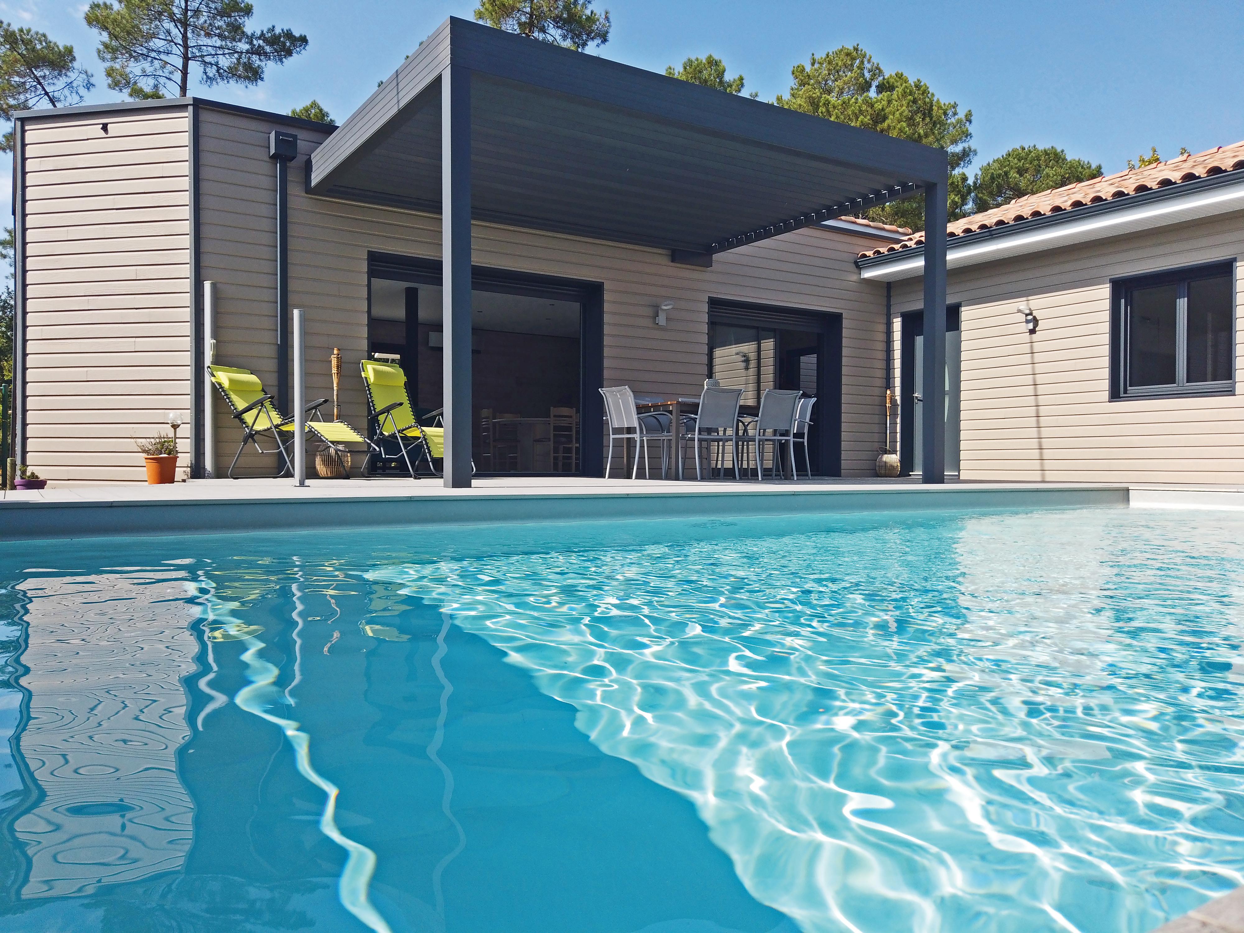 Maison en bois en bord de piscine